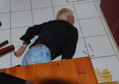 Reanimation, Feststellen Bewusstlosigkeit, wahrscheinlich bewusstlos am Boden liegend