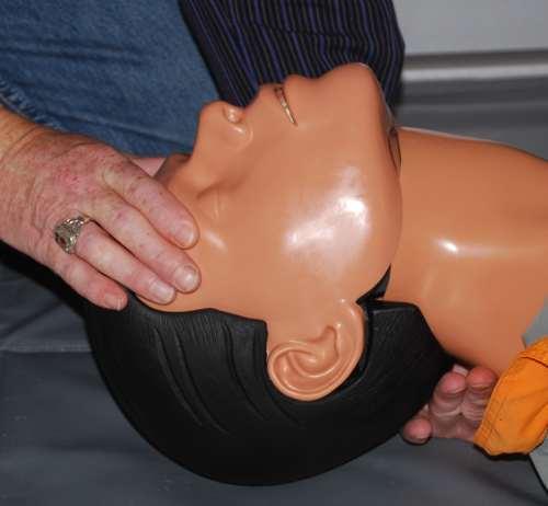Verlegung der Atemwege, Atemwege freimachen, Kopf in den Nacken schieben