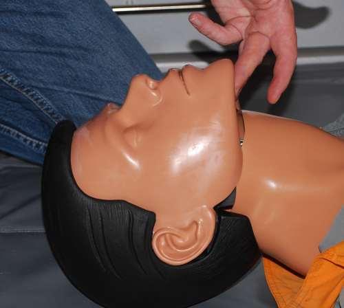Verlegung der Atemwege, freihalten der Atemwege mit einer Hand