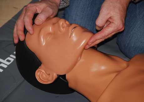 Mund-zu-Nase-Beatmung,Haltung der Hände