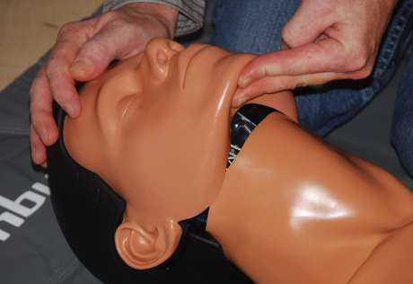 Mund-zu-Nase-Beatmung, überstrecken des Kopfes