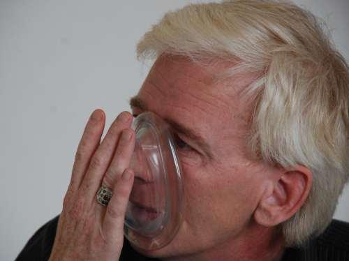 Training der Maskenbeatmun am eigenen Gesicht