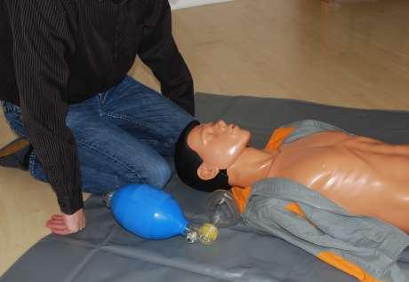 Maskenbeatmung position des Helfers am Kopf des Patienten